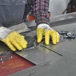 Metallschleifen - einlegen in die Maschine